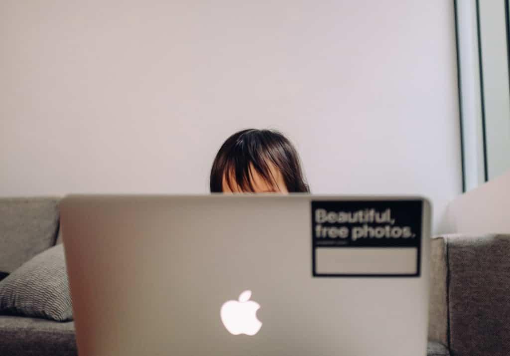 ノートパソコンの向こうの少年