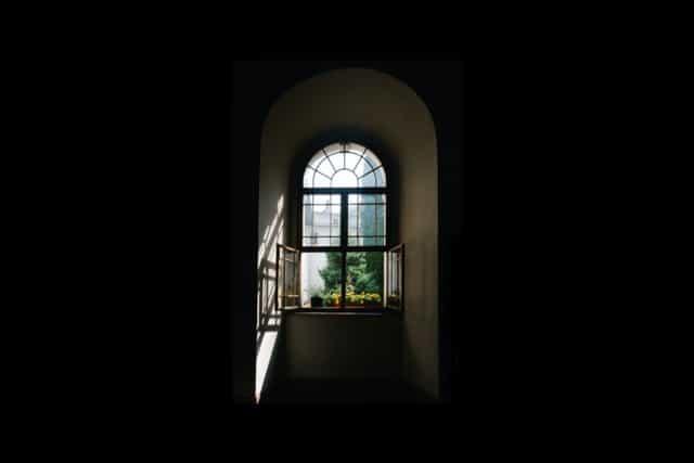 窓から差し込む光