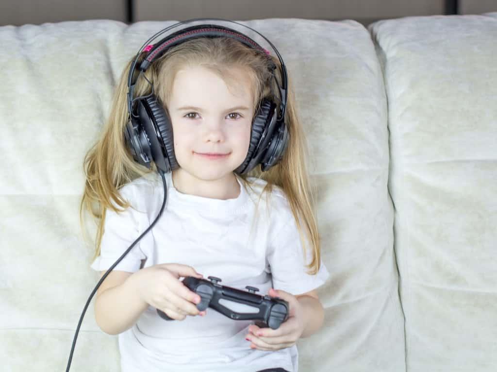 ゲームを楽しむ女の子