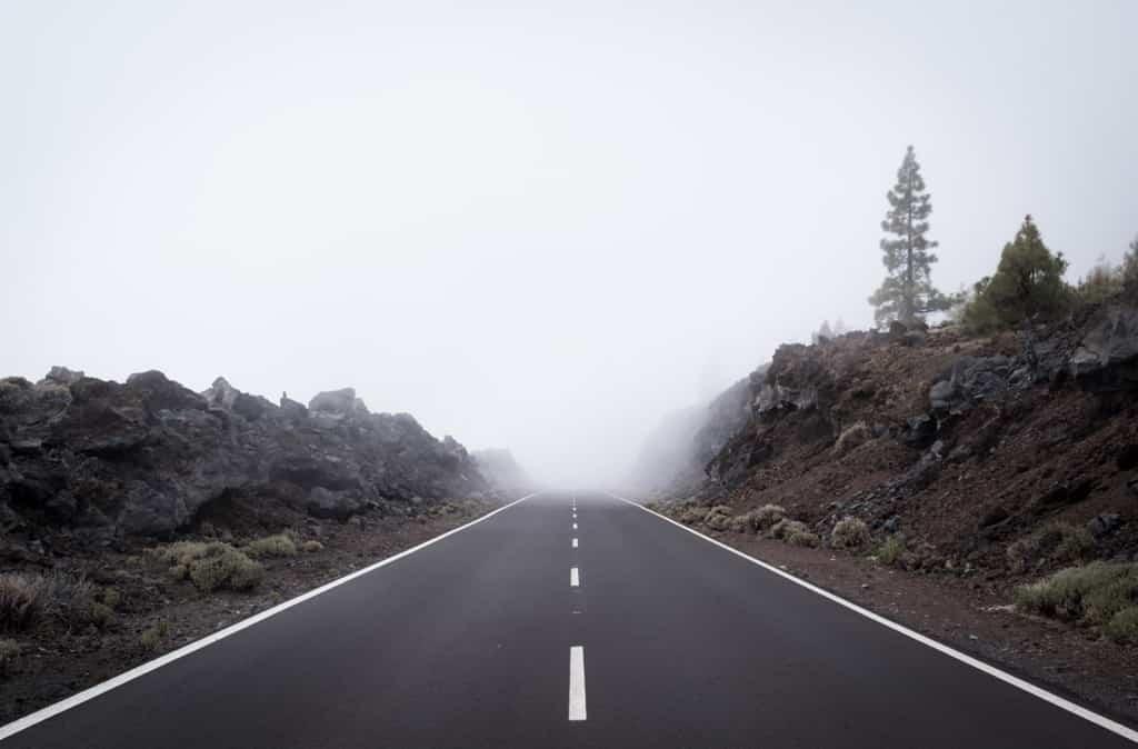 行き先の見えない道路の先