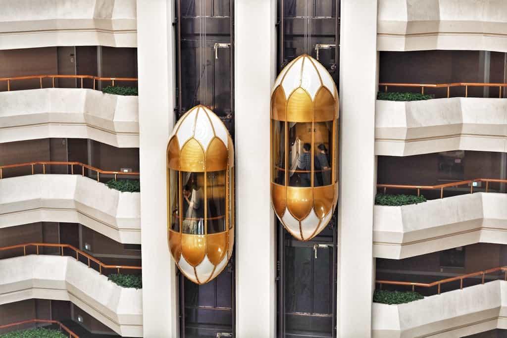 上りと下りのエレベーター
