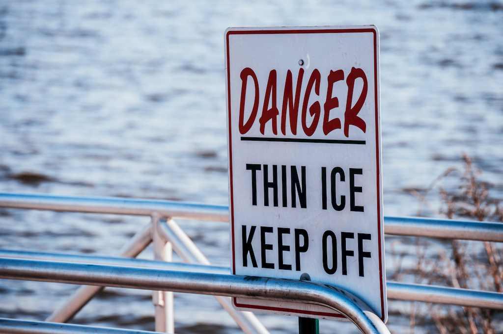 薄氷、この先危険の看板